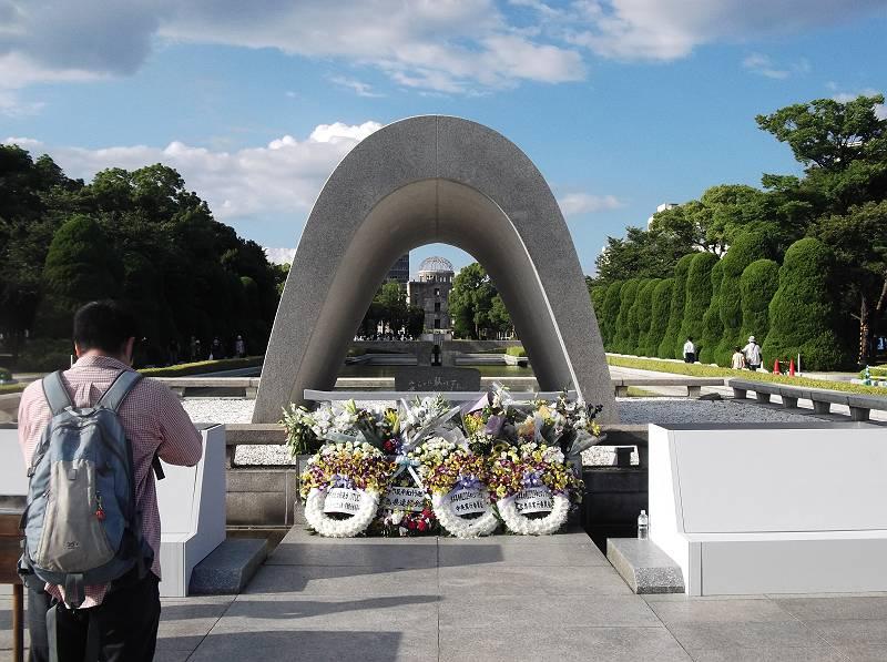 開会式のあと、平和記念公園にまわってきました。<br> <br> 6日の式典の時は大勢の人で近くまで行けないので、ちょっと早いですが、みんなで手を合わせてきました。<br> <br> 原爆ドームと貞子象をまわり、平和の鐘をついてきました。子どもたちもそれぞれに何かを感じてくれたようです。