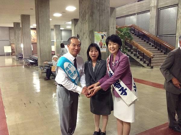 伊藤岳さん(左)と紙智子さん(右)に囲まれて