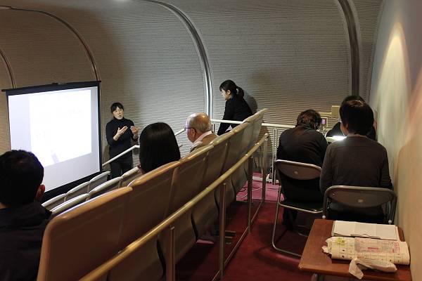 市議会の傍聴席にて要約筆記と手話通訳