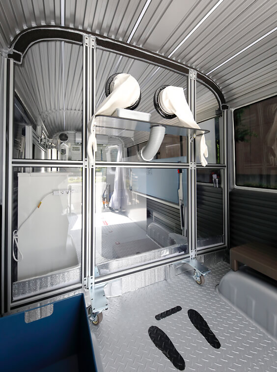 PCR検査のためのバスの車内のイメージ(ビッグウェーブホールディングス㈱HPより)